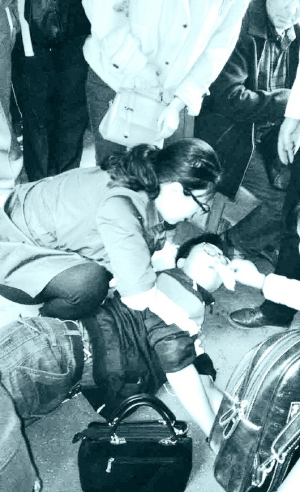 乘客突发急病晕倒,新利18备用网址充当起急救车,一车人伸出援手——
