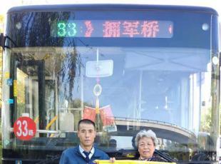 暖心!新利18备用网址车到站未停 却得到车上乘客的大赞